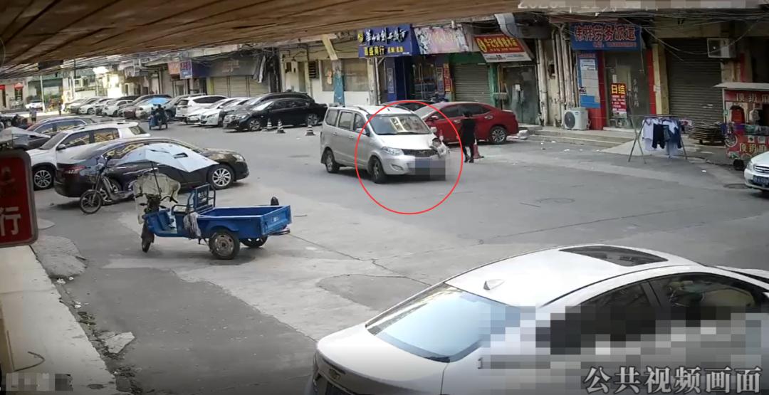东莞俩孩子横穿马路往返10次,1人被撞飞!现场视频曝光插图2