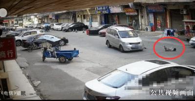 东莞俩孩子横穿马路往返10次,1人被撞飞!现场视频曝光插图4