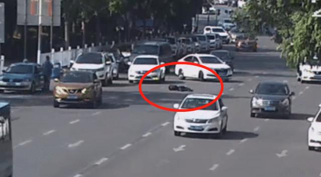 惊险!车流中,东莞一名男子突然倒在马路中间!到底怎么了?插图6