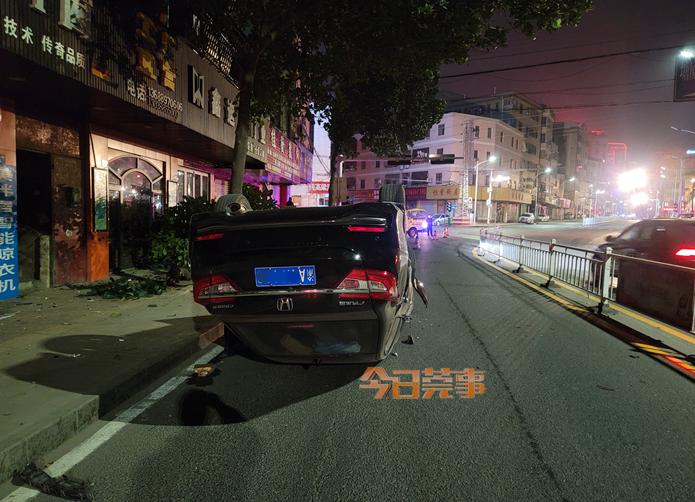 嘭!粤S车凌晨超速漂移,结果翻了!车内有3人……插图4