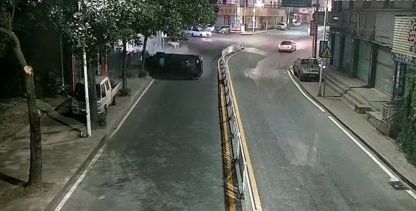 嘭!粤S车凌晨超速漂移,结果翻了!车内有3人……插图10