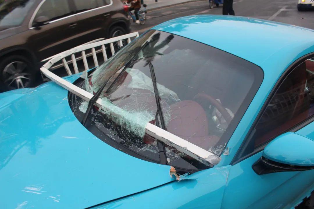 太惨了!粤S保时捷360°旋转!钢管插穿玻璃!车轮飞出!插图8
