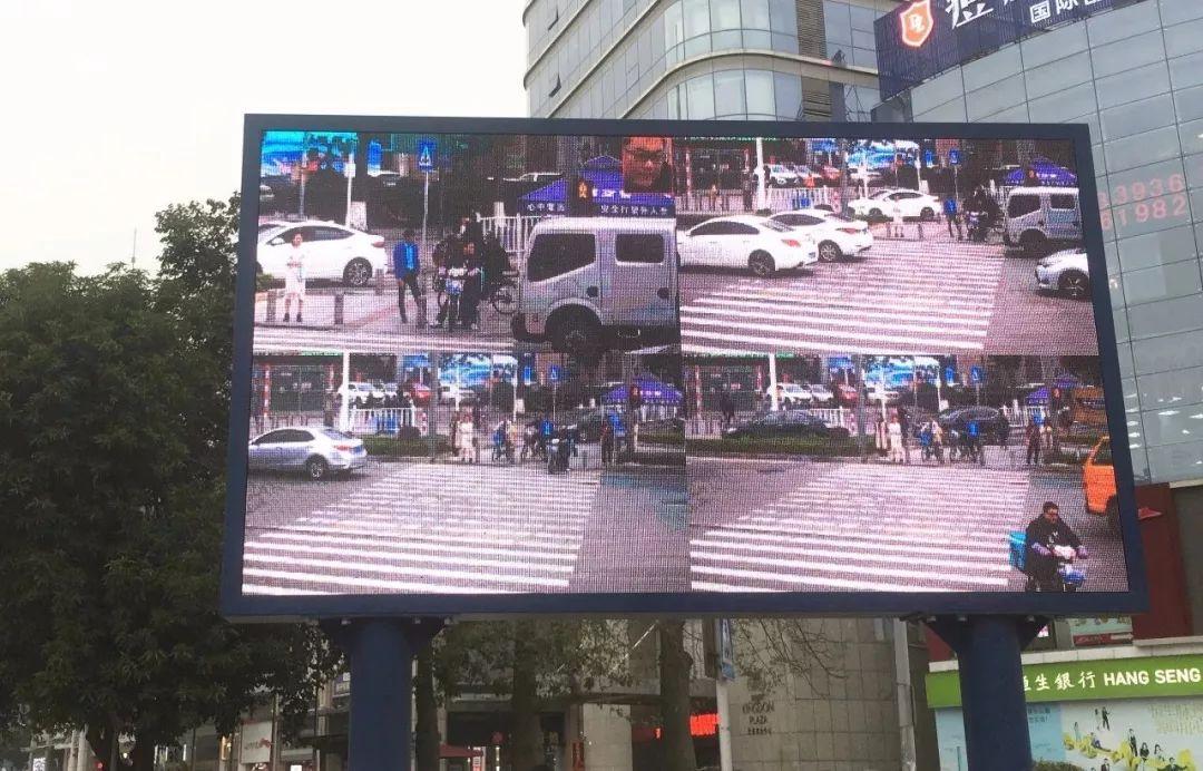 """太羞耻了! 东城这个路口惊现巨型屏幕,其中画面""""不堪入目""""!插图24"""