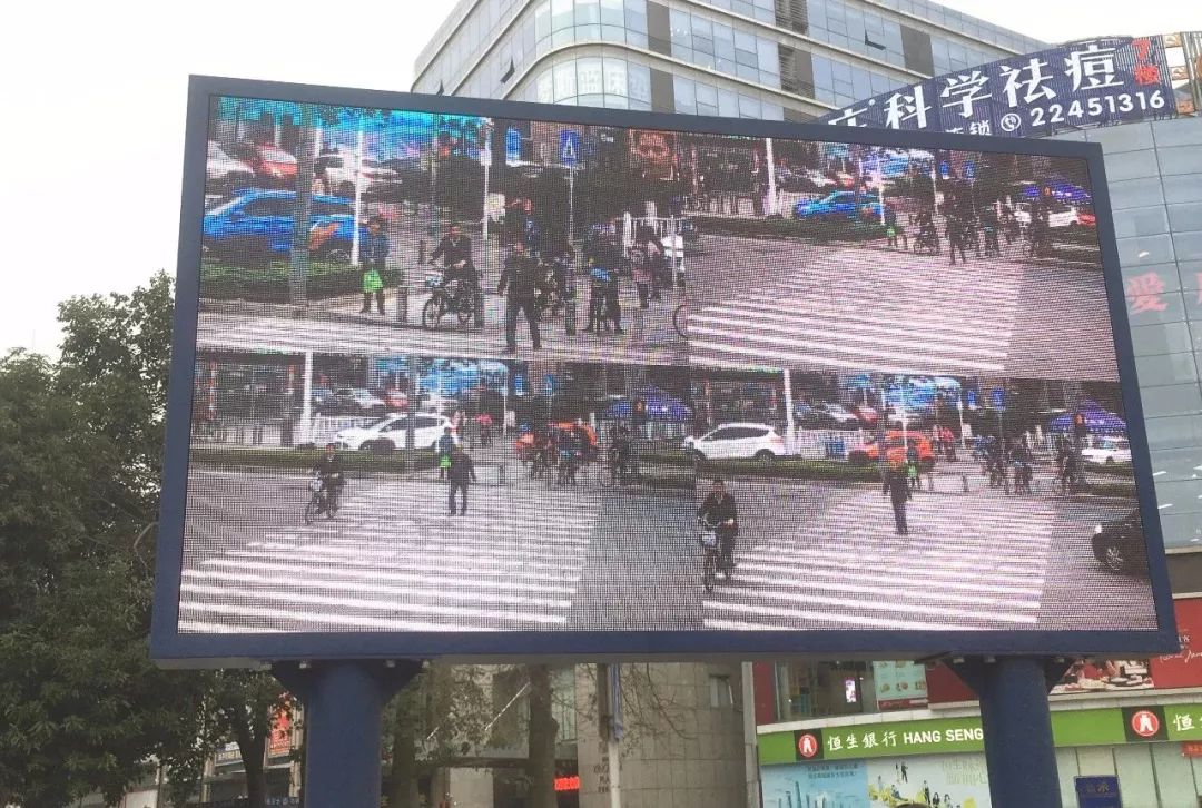 """太羞耻了! 东城这个路口惊现巨型屏幕,其中画面""""不堪入目""""!插图26"""
