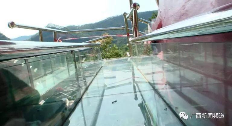 网红玻璃滑道出事!护栏被撞破1死6伤,游客回忆惊魂瞬间插图