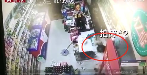 暴击9次!超市店员砸晕持刀抢劫男子,警方:正当防卫插图10