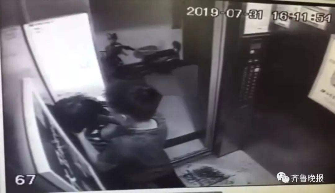 电梯惊魂!一女孩电梯内遭男子掐脖22秒!意图通过打人发泄私愤