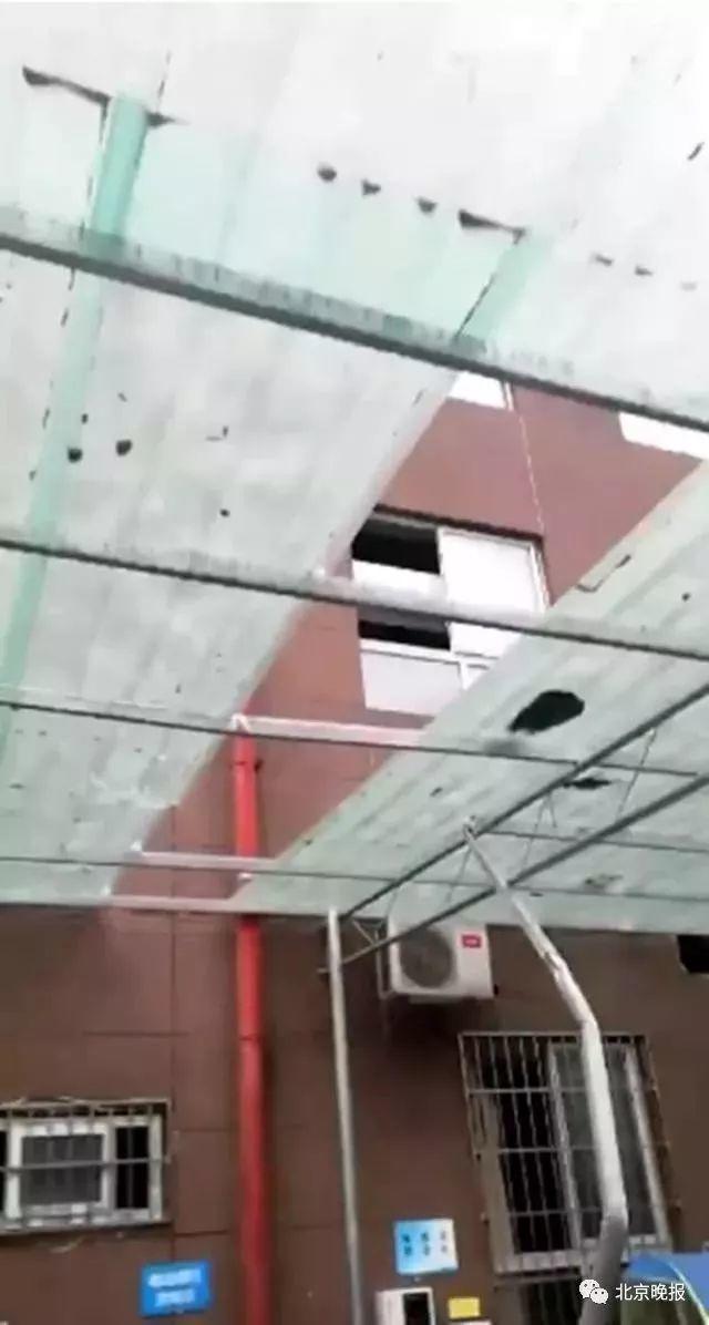 命大!6岁女孩26楼坠下后自己爬起来走了……视频看懵