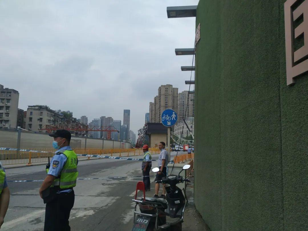 突发!武汉市一工地起重机侧翻,砸中路边车辆插图6