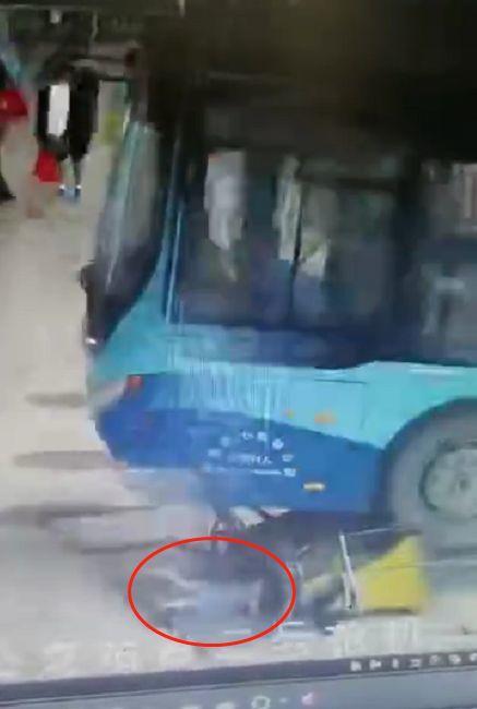 突发!东莞一公交车冲进候车区!女童被撞倒!