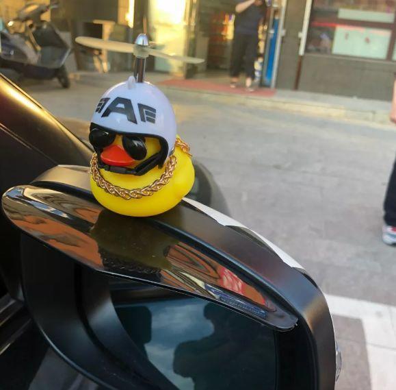 """@东莞车主,车上粘""""小黄鸭""""违法!已有100多名车主被罚!"""
