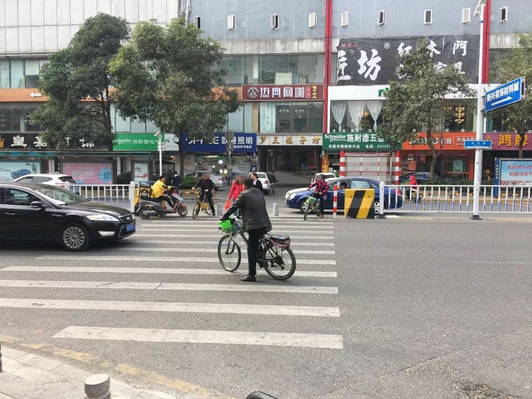 突发!东莞一行人被小车撞飞…这个路口,好多司机差点中招!