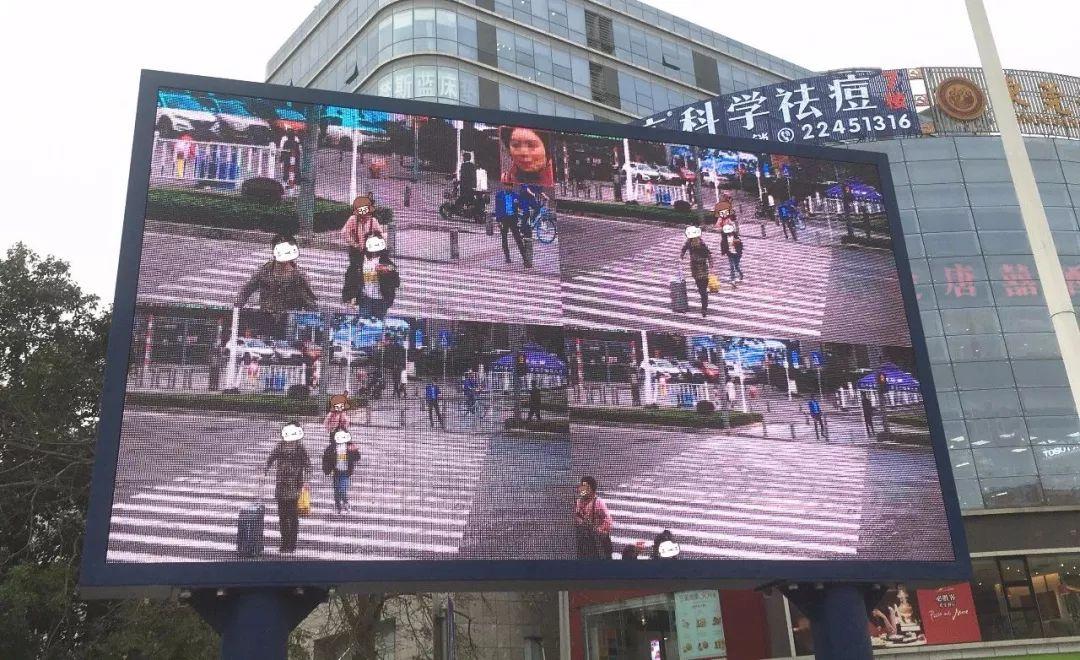 """太羞耻了! 东城这个路口惊现巨型屏幕,其中画面""""不堪入目""""!插图20"""