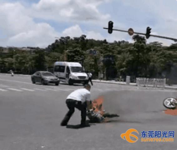"""瞬间变""""火人""""!东莞一摩托车撞上公交后着火!只因司机这一操作…插图6"""