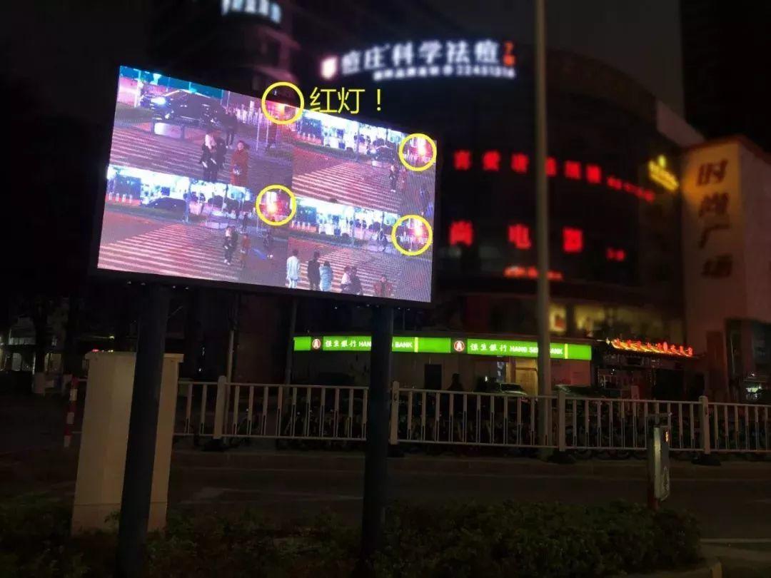 """太羞耻了! 东城这个路口惊现巨型屏幕,其中画面""""不堪入目""""!插图2"""