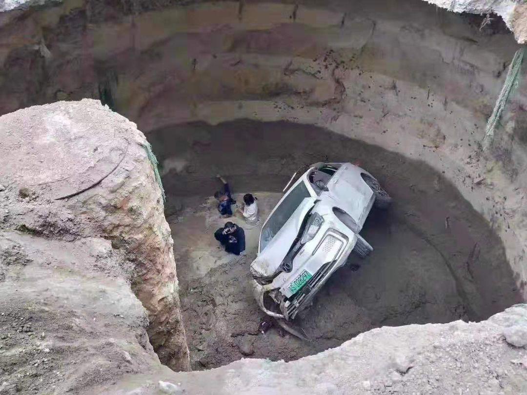 突发!东莞轿车掉进了数米大坑!现场吓人!插图