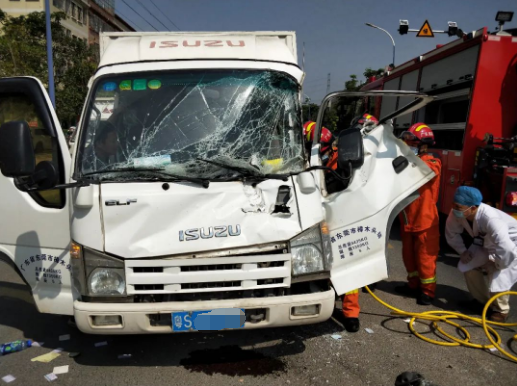 突发!货车发生车祸,车头严重变形,东莞司机被困!情况…插图2