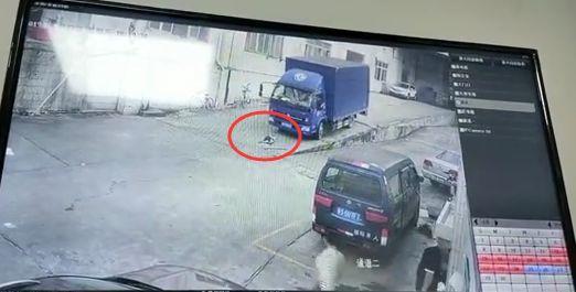 痛心!东莞男童空地上被货车碾压,视频曝光……插图8
