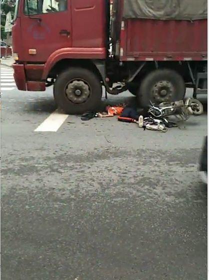 痛心!东莞女生骑车被货车撞倒,惨状太吓人……插图