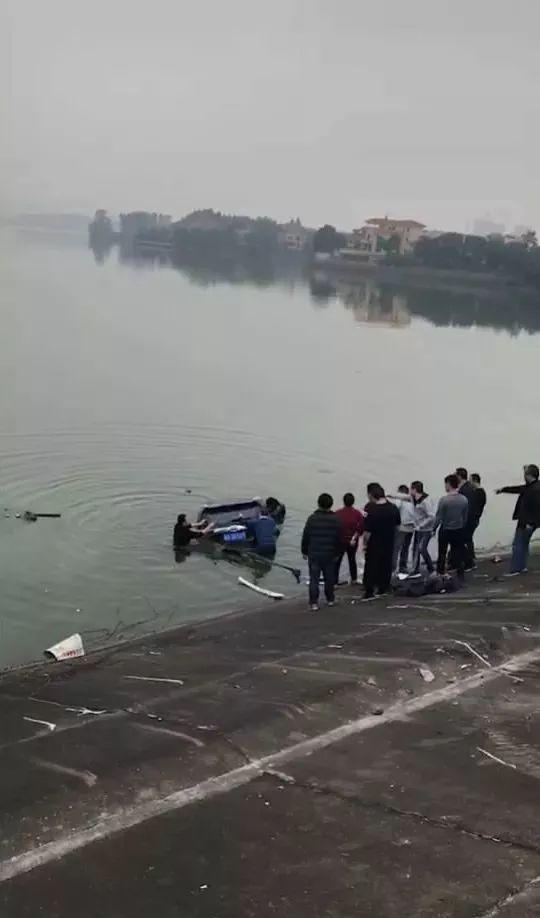 突发!东莞一小车坠湖司机被困!结局却让人感动!插图10