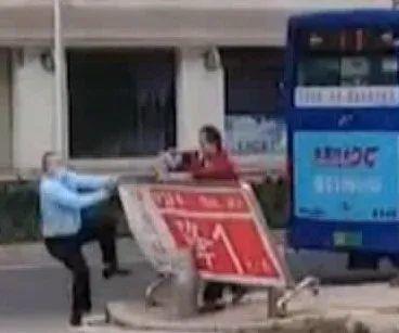 东莞一男子不戴口罩乘公交,还拿水果刀追打司机插图12