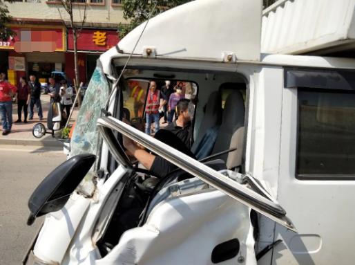 突发!货车发生车祸,车头严重变形,东莞司机被困!情况…插图