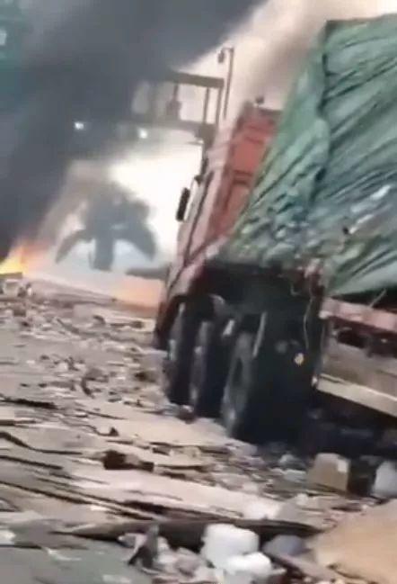 突发! 广深高速发生货车相撞, 引发大火, 浓烟滚滚, 一片混乱!