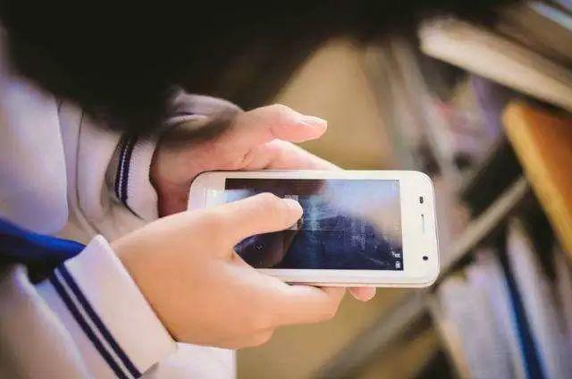 """7岁小伙玩手机,突然全身麻木!险些瘫痪!@东莞人!这坏习惯赶紧改!"""""""