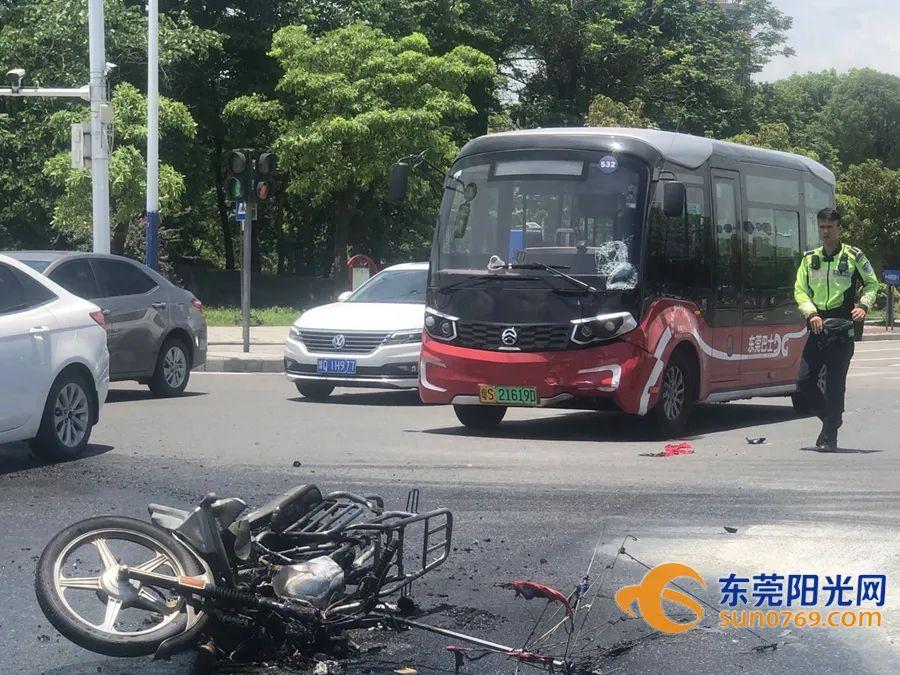 """瞬间变""""火人""""!东莞一摩托车撞上公交后着火!只因司机这一操作…插图12"""