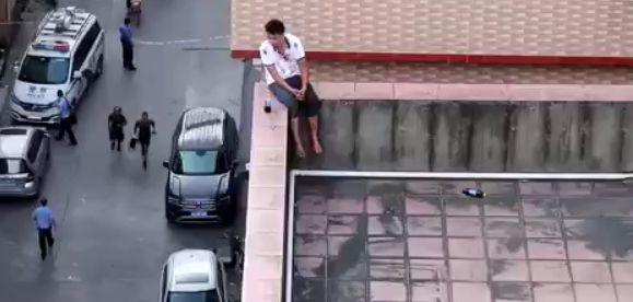 东莞一男子持刀砍人后要跳楼,结果…….插图2