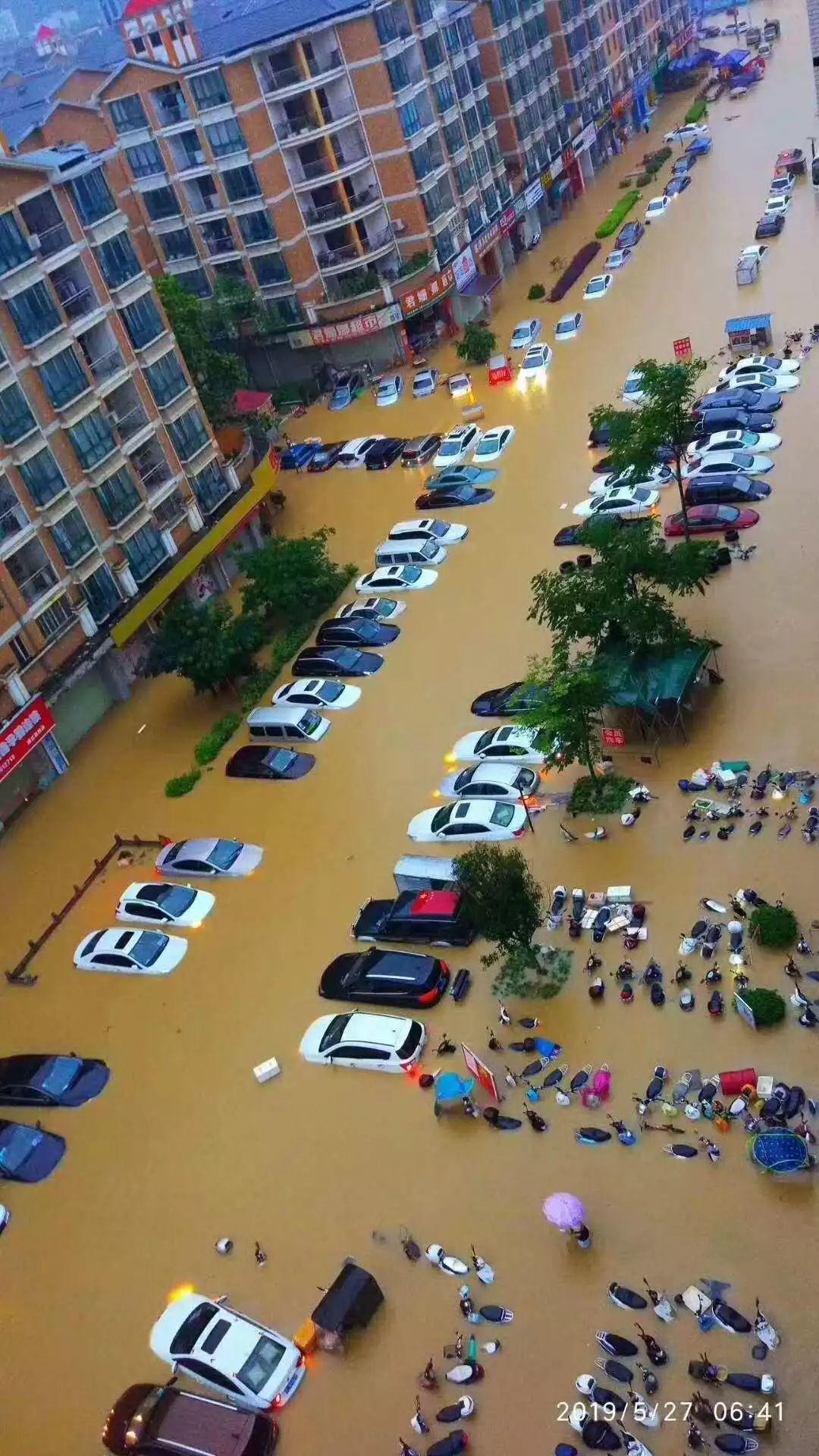 可怕!今早东莞多地严重水浸!未来几天将发生暴雨到大暴雨+8级大风………插图4