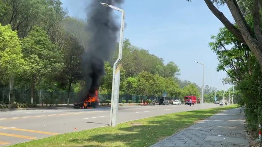 刚刚,东莞这里一小车发生自燃,黑烟滚滚,几分钟烧成骨架!插图16