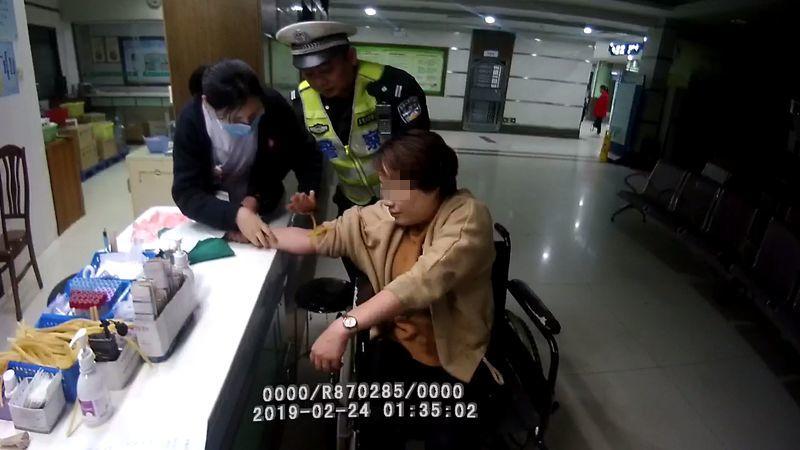 东莞一女司机连撞4车后跪地求饶……插图4