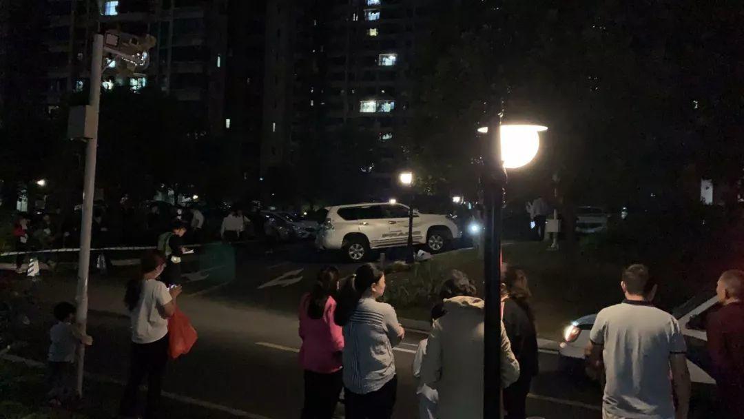 东莞一小区内发生惨烈车祸!普拉多撞倒2人,一死一伤
