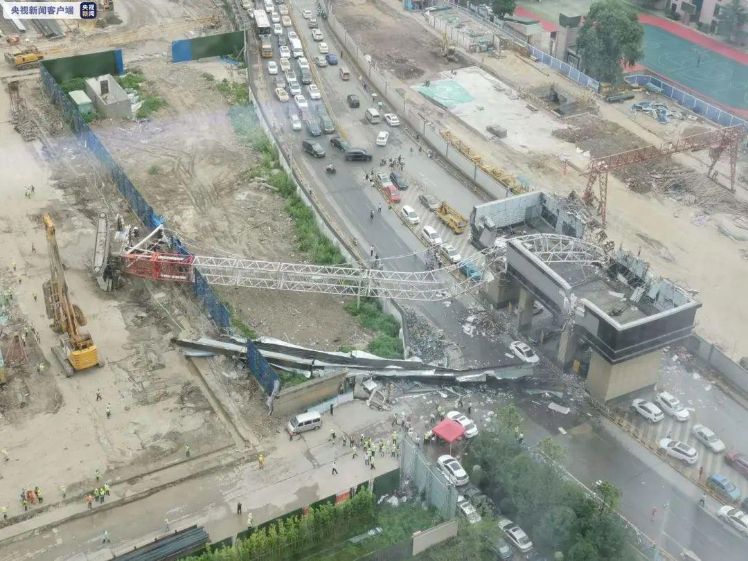 突发!武汉市一工地起重机侧翻,砸中路边车辆插图