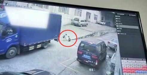 痛心!东莞男童空地上被货车碾压,视频曝光……插图4