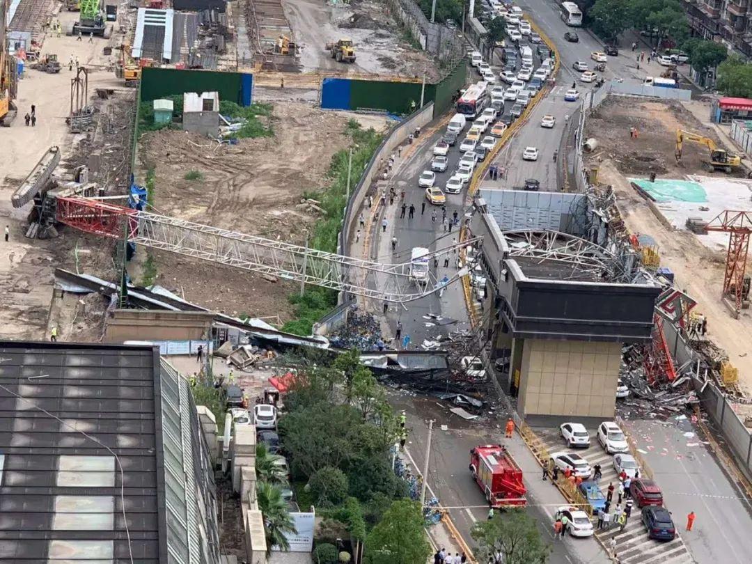 突发!武汉市一工地起重机侧翻,砸中路边车辆插图2