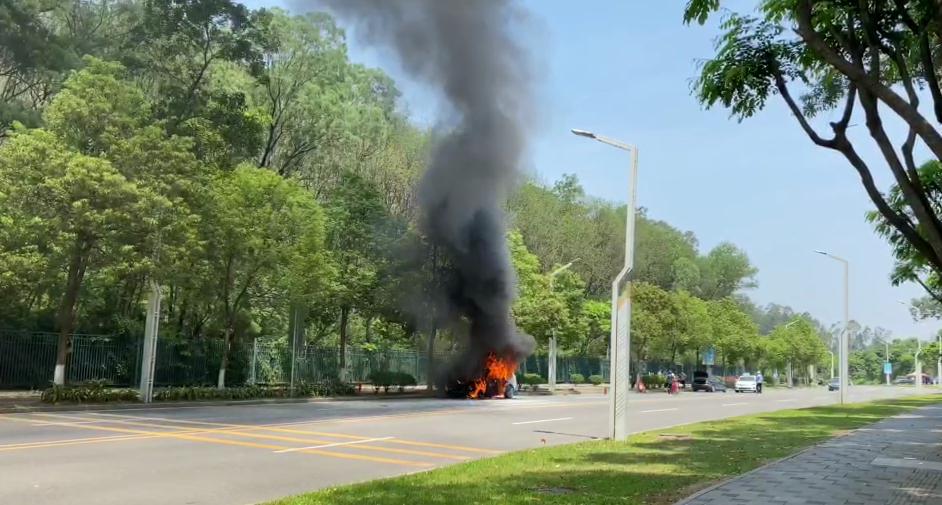 刚刚,东莞这里一小车发生自燃,黑烟滚滚,几分钟烧成骨架!插图2