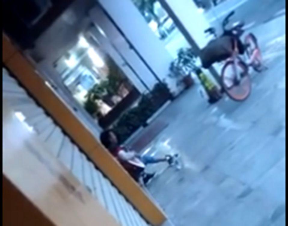 东莞一流浪男子闯入琴行,店主吓得报警,结果……插图10
