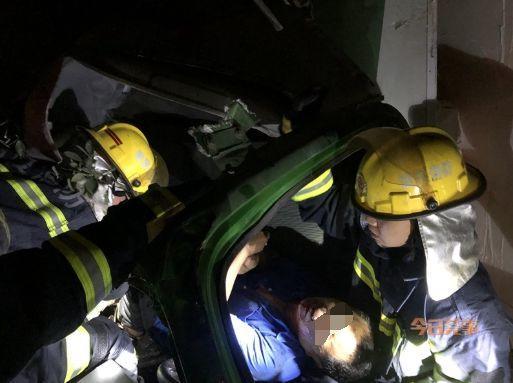 急!车辆追尾致驾驶舱严重变形,男子被困~插图12