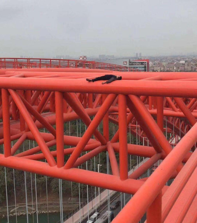 东莞一男子跑上桥顶看风景?接下来的一幕全场惊呆了…插图2