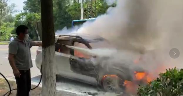 刚刚,东莞这里一小车发生自燃,黑烟滚滚,几分钟烧成骨架!插图10