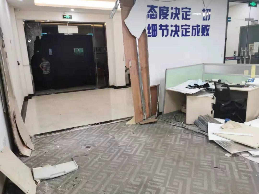 惊险!东莞一女司机开车冲进办公室,2人受伤!插图
