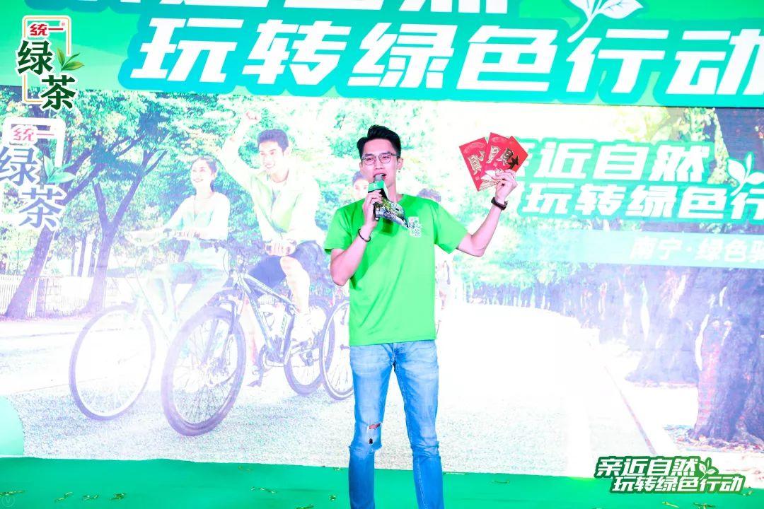 他来了,他来了,他脚踏单车过来了!
