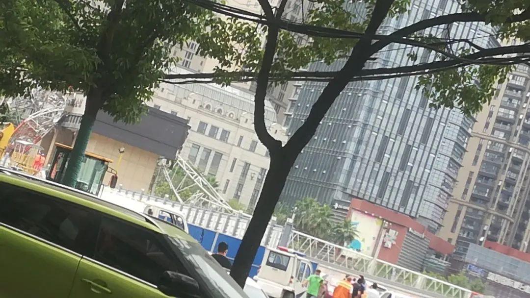 突发!武汉市一工地起重机侧翻,砸中路边车辆插图4