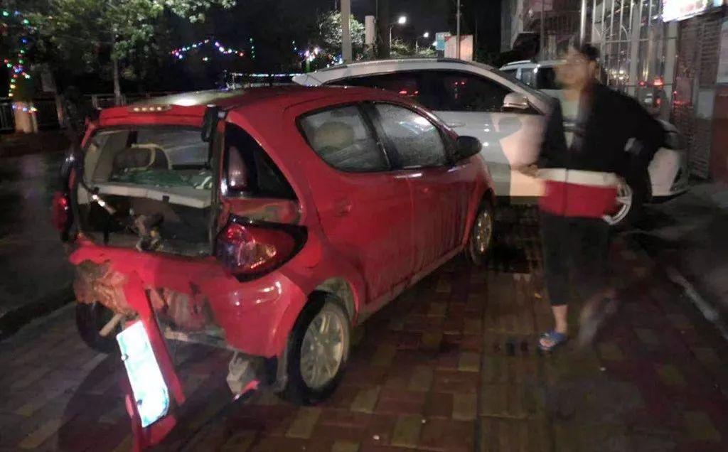 东莞一女司机连撞4车后跪地求饶……插图