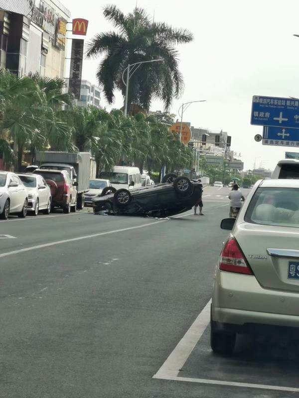 东莞一辆小车突然撞向路边停靠的货车!翻个四脚朝天!