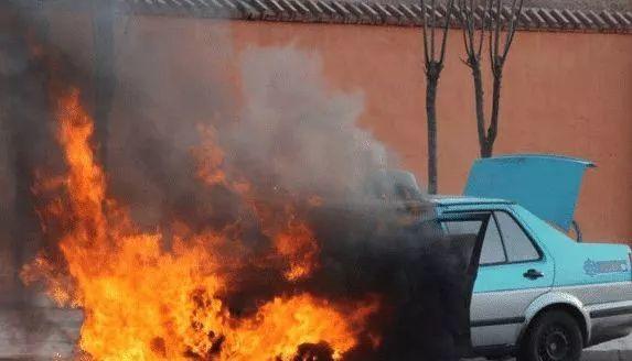 刚刚,东莞这里一小车发生自燃,黑烟滚滚,几分钟烧成骨架!插图28